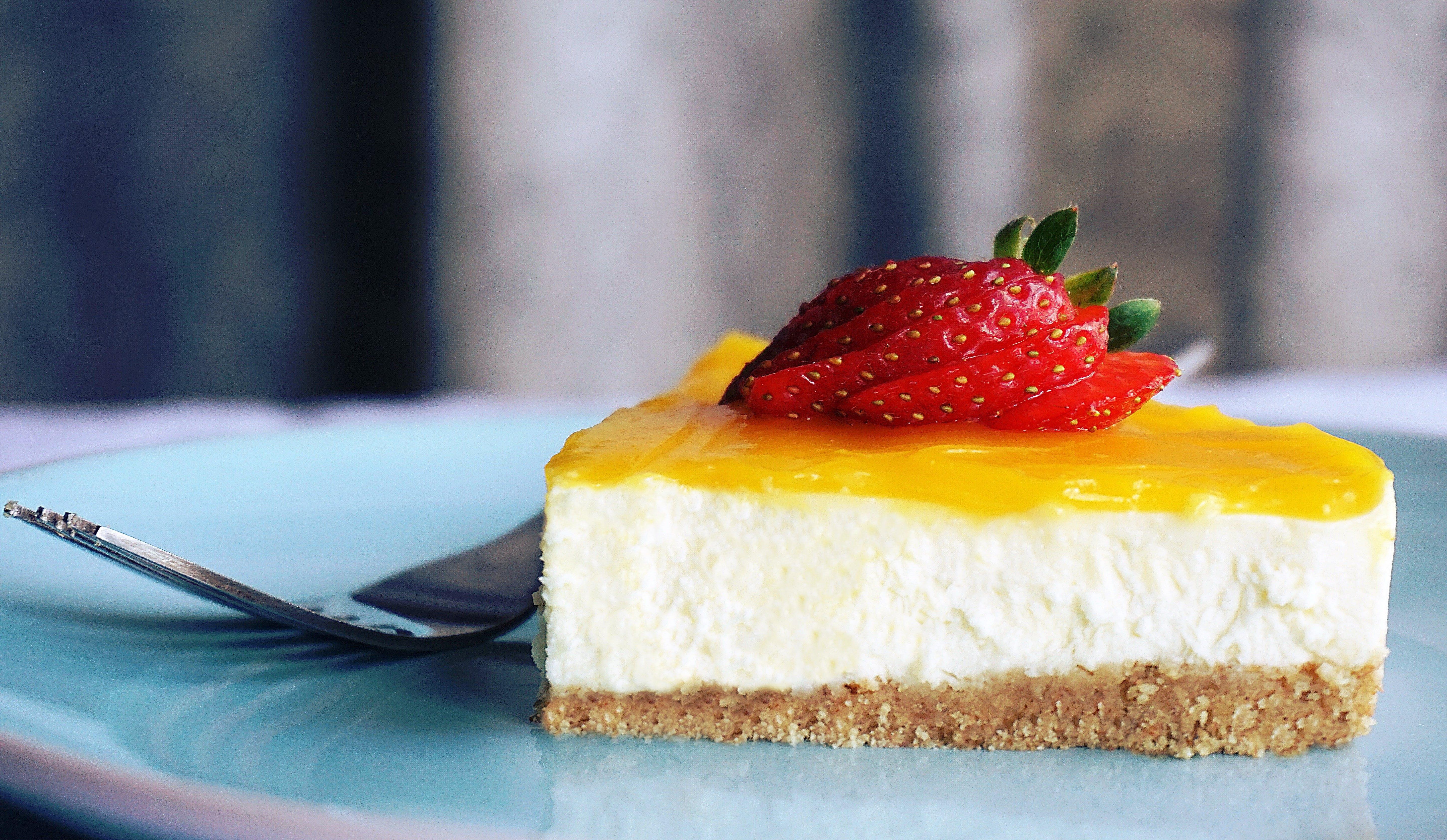 ayrım, çalı meyvesi, cheesecake, çilekler içeren Ücretsiz stok fotoğraf