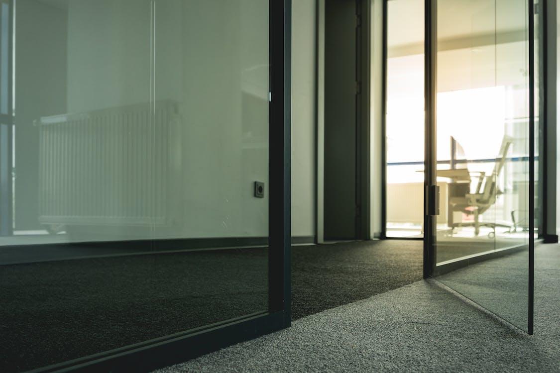γραφείο, γυάλινη πόρτα, δωμάτια
