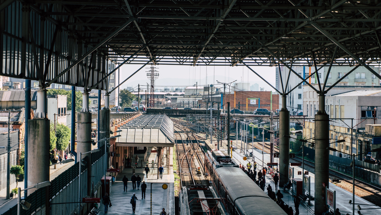 Základová fotografie zdarma na téma lidé, trénovat, vlaková stanice, železniční koleje