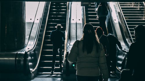 Fotobanka sbezplatnými fotkami na tému chôdza, eskalátor, ľudia