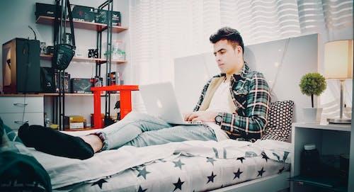 Gratis stockfoto met bed, binnen, computer, iemand