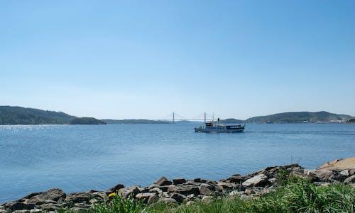 Gratis arkivbilde med båt, klar himmel, sol, ved sjøen