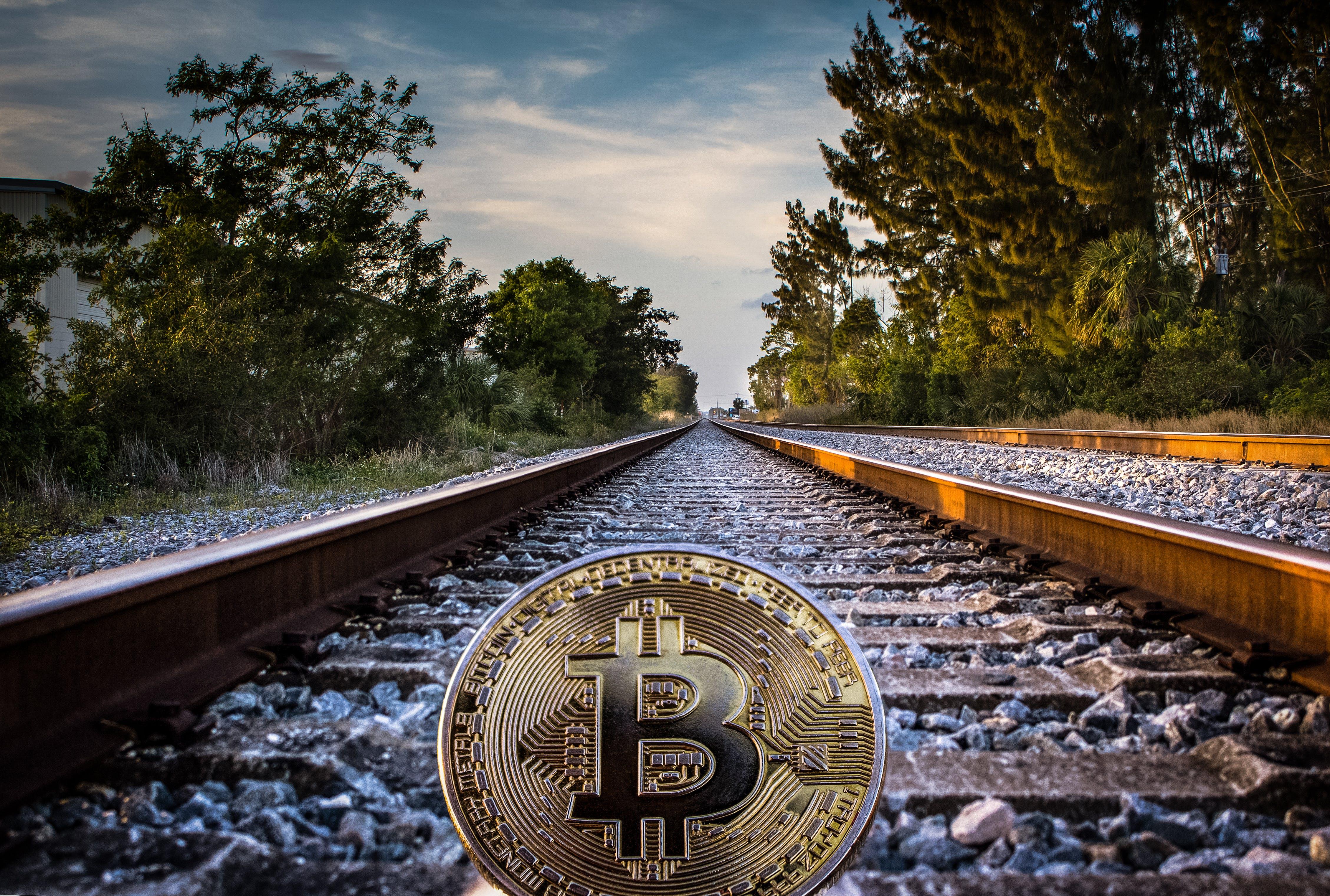 Ilmainen kuvapankkikuva tunnisteilla Bitcoin, jäljet, junanrata, kuva alakulmasta