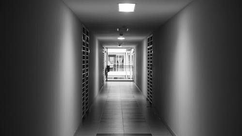 Δωρεάν στοκ φωτογραφιών με ασπρόμαυρο, διάδρομος, κόλιανδρος, μυστήριο