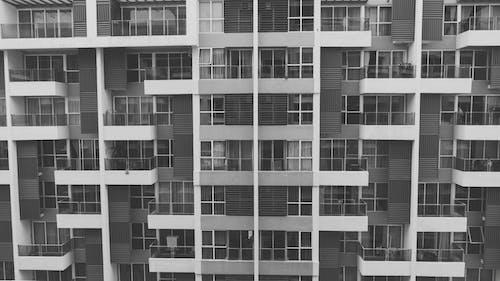 Kostnadsfri bild av lägenhetshus, svartvitt