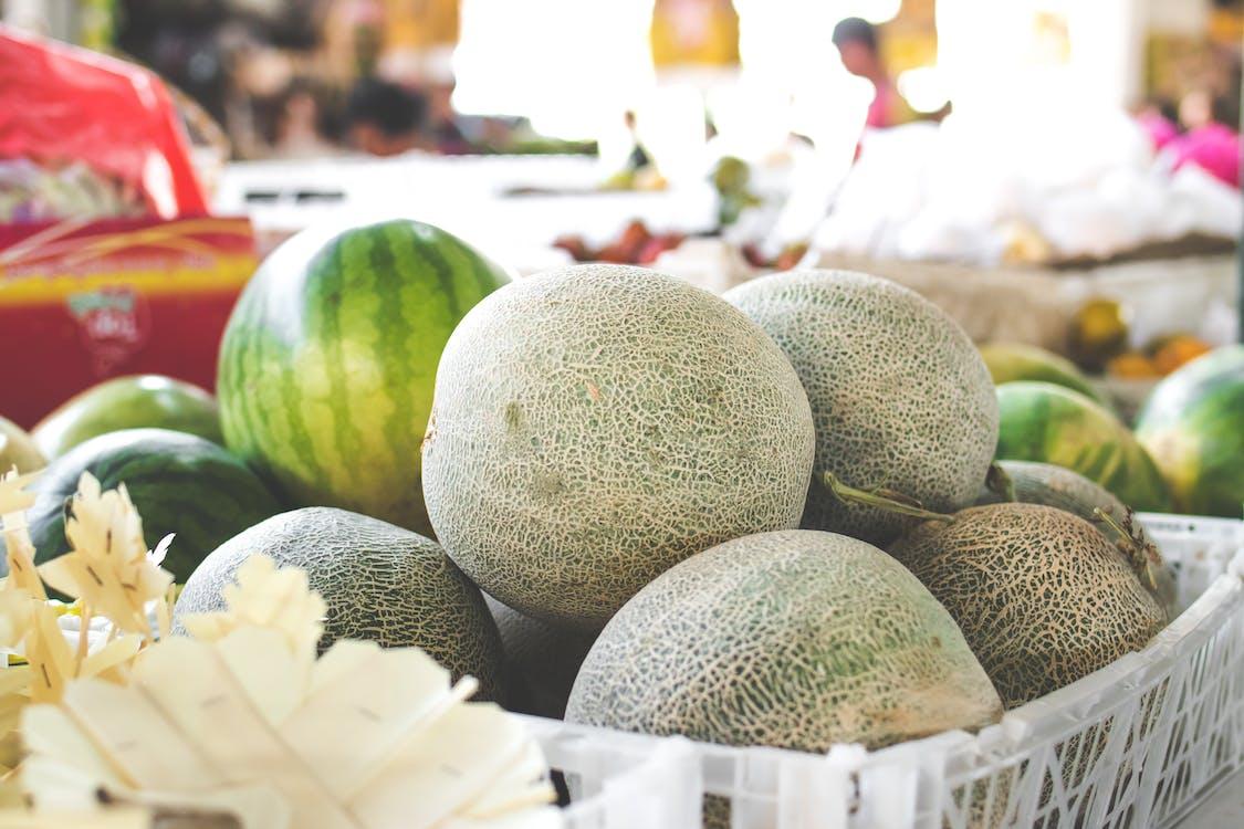 Foto Melon Di Keranjang Plastik Putih