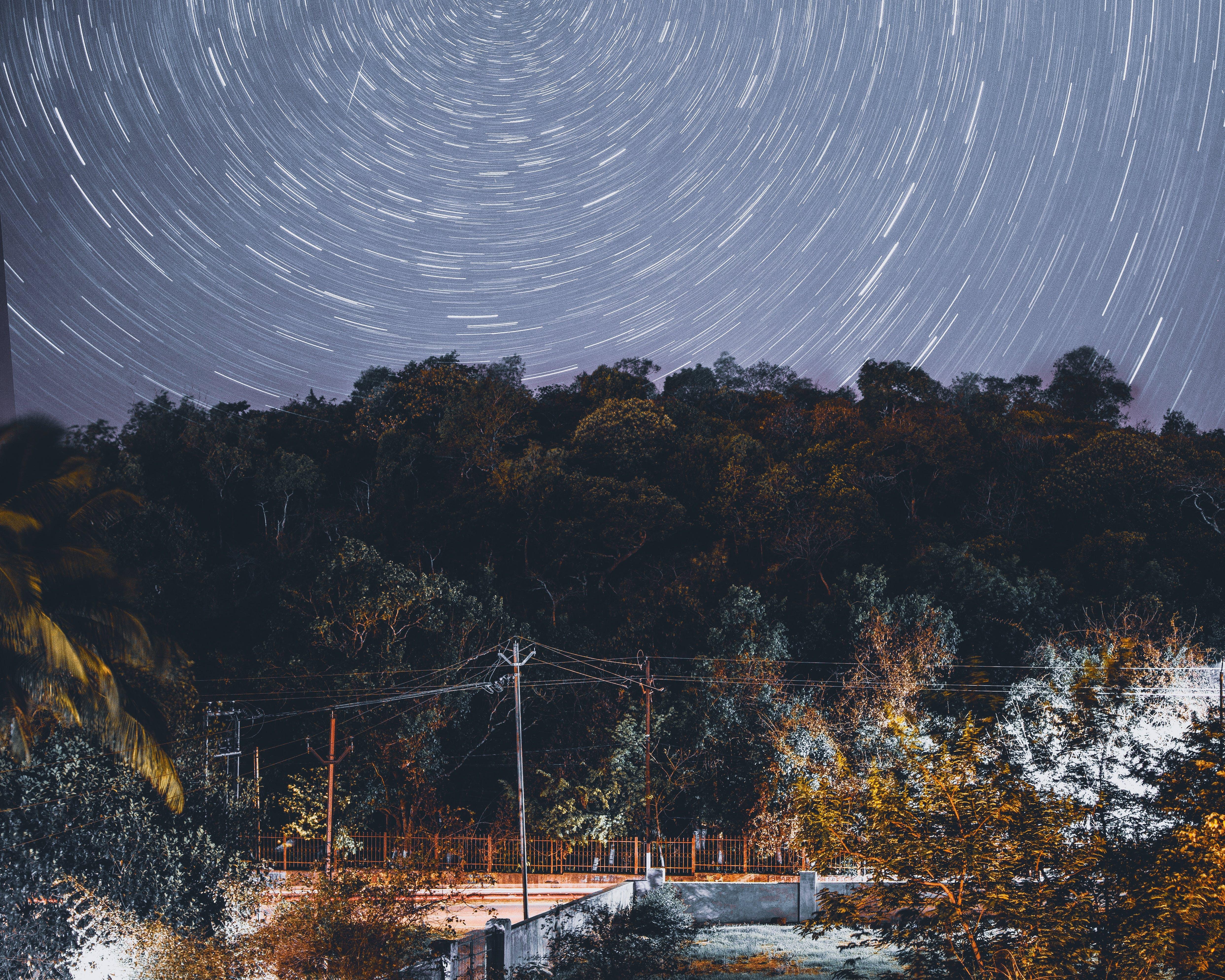 Безкоштовне стокове фото на тему «Астрофотографія, вир, вода, дерева»