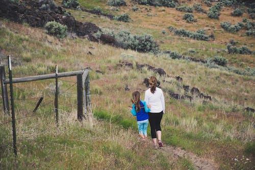 Základová fotografie zdarma na téma chodník, chůze, denní světlo, dítě