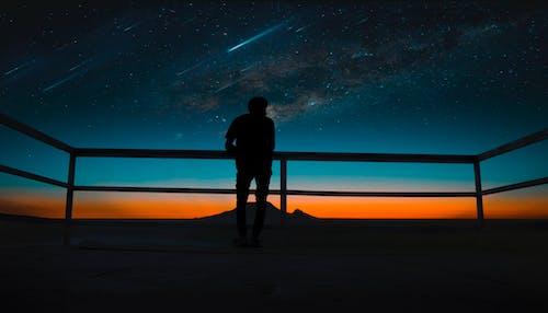 Kostenloses Stock Foto zu dunkel, kosmos, mann, meteore