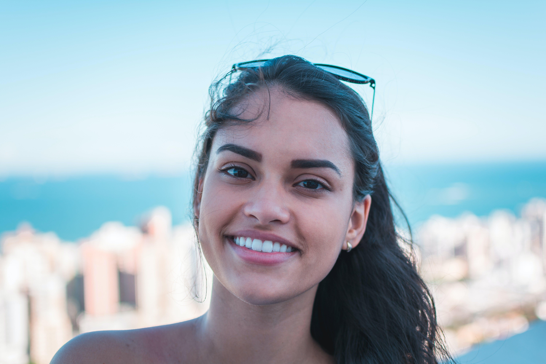 Brezilyalı kadın, dişi, gülümsemek, güzel içeren Ücretsiz stok fotoğraf