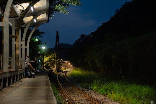 Ingyenes stockfotó állomás, éjszakai fények, vasúti pálya témában