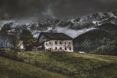 Gratis stockfoto met berg, gras, landschap, oud huis