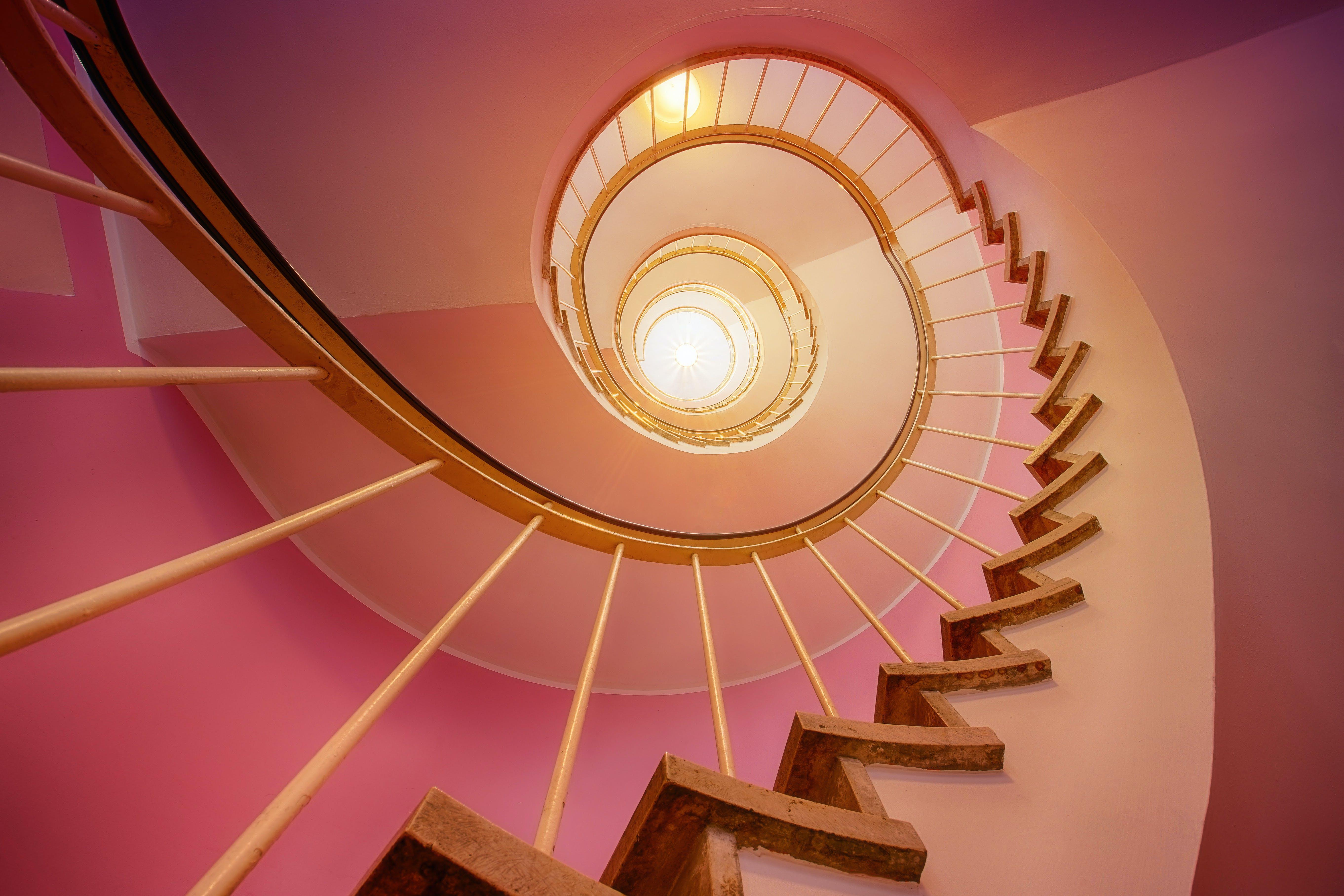 Kostenloses Stock Foto zu architektur, perspektive, stufen, wendeltreppe