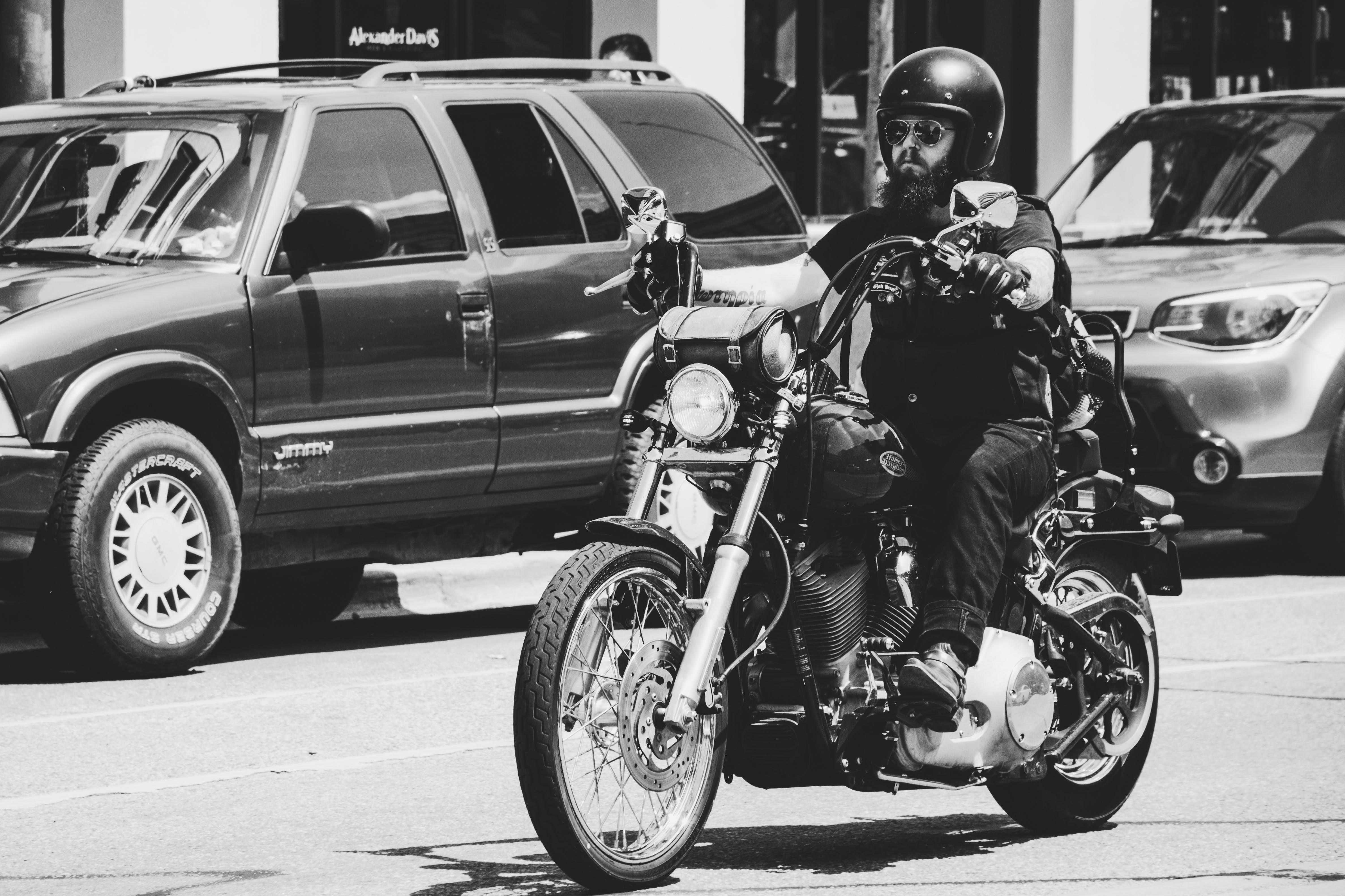 Kostenloses Stock Foto zu auto, mann, motorrad, motorradfahrer