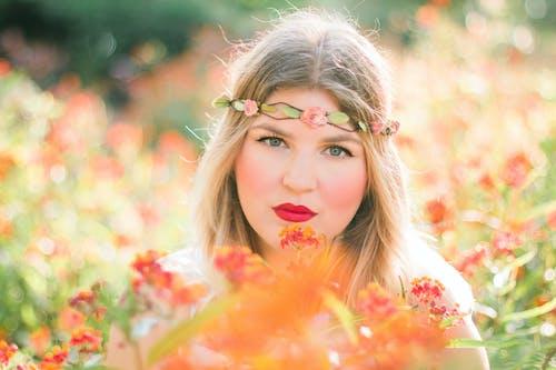 Kostenloses Stock Foto zu blumen, frau, hübsch, model
