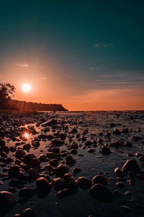 берег моря, вода, з підсвіткою