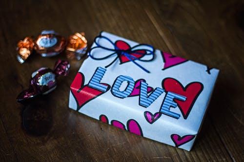 Бесплатное стоковое фото с деревянная поверхность, конфеты, лента, нить