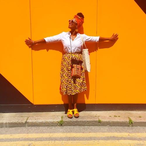 Бесплатное стоковое фото с бетон, головной платок, дневное время, женщина