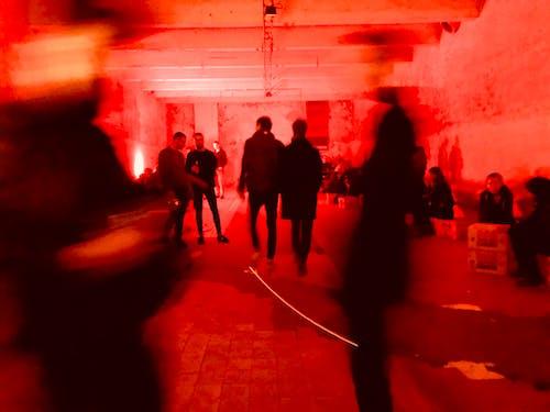 Darmowe zdjęcie z galerii z czerwony, ludzie, magazyn, metro