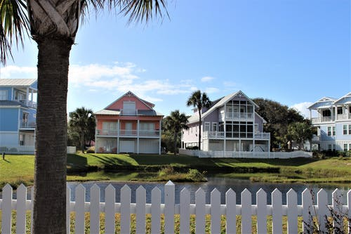 Gratis stockfoto met architectuur, buurt, hek, kleurrijke huizen