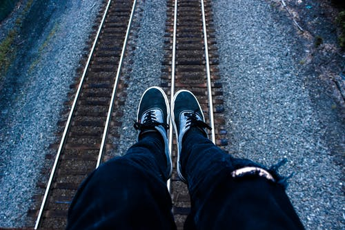 Безкоштовне стокове фото на тему «вішати, джинси, камені, колії»