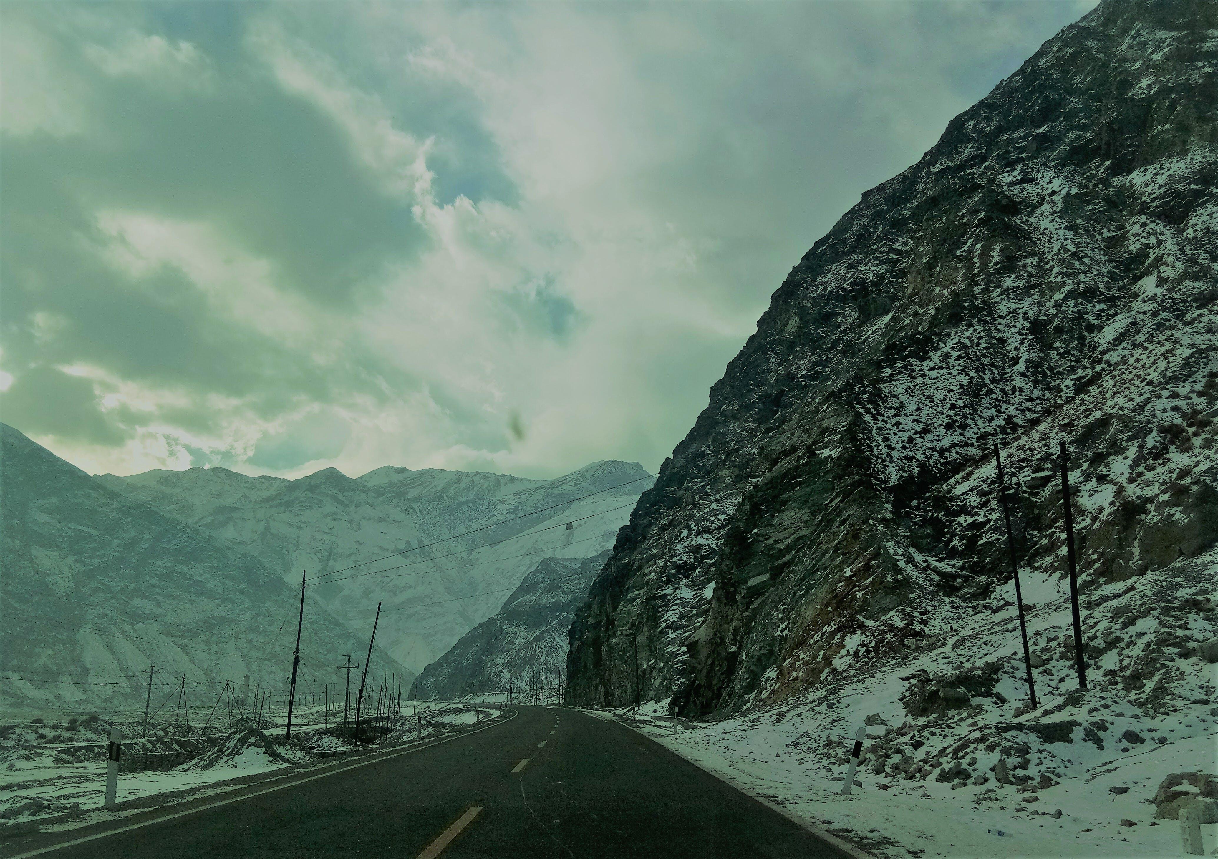 Kostenloses Stock Foto zu abenteuer, berg, himmel, hügel
