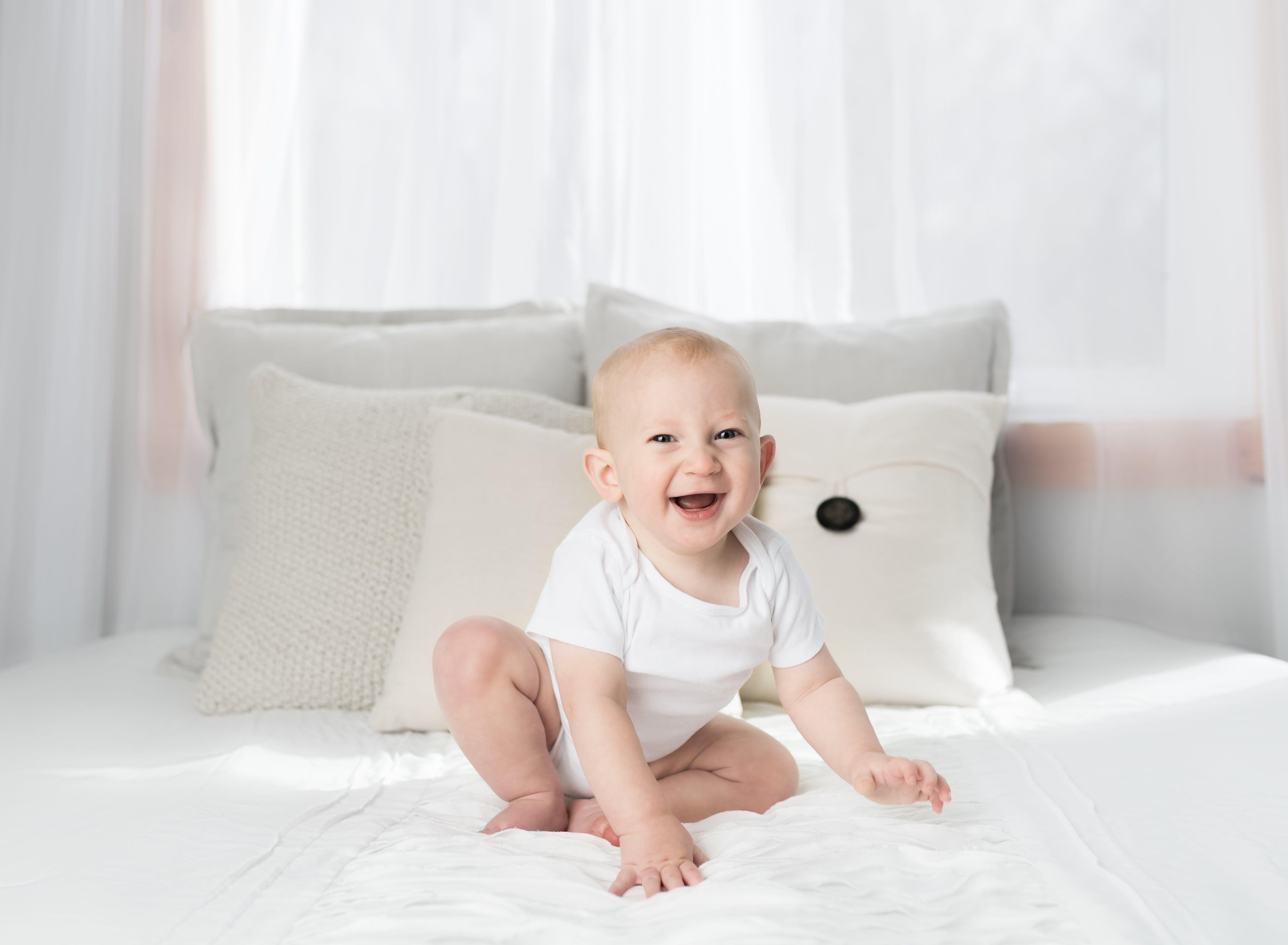 almofadas, bebê, cama