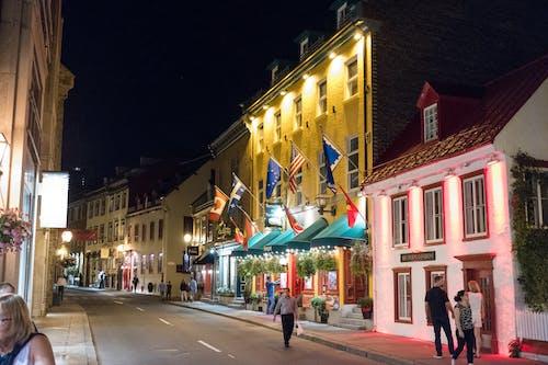 Foto d'estoc gratuïta de arquitectura, banderes, botigues, carrer