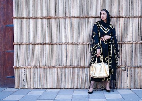 Mavi Ve Bej Uzun Kollu Elbiseli Kadın Sarı çantalı