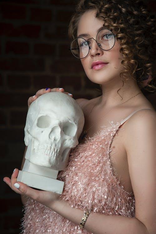 Безкоштовне стокове фото на тему «волосина, Гарний, жінка, череп»