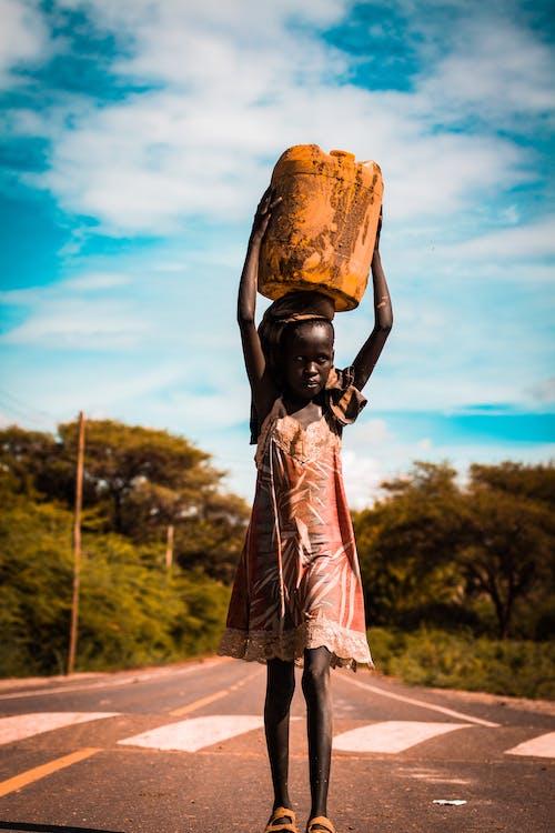 Безкоштовне стокове фото на тему «апельсин, Африканський, відро, вода»
