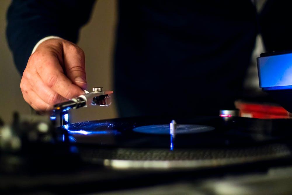 Man holding a vinyl player. | Photo: Pexels