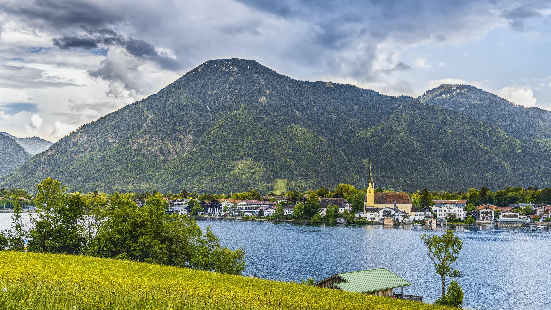 Gratis lagerfoto af bjerg, by, dagslys, græs