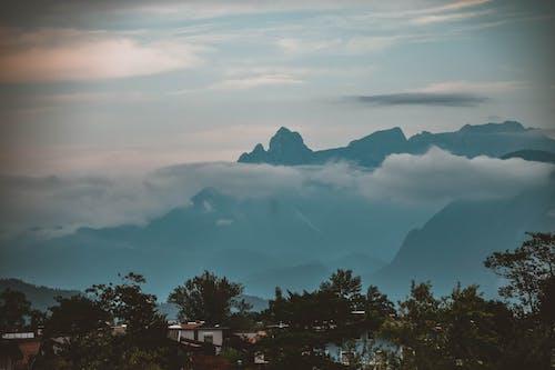 Бесплатное стоковое фото с гора, деревня, облака, пейзаж