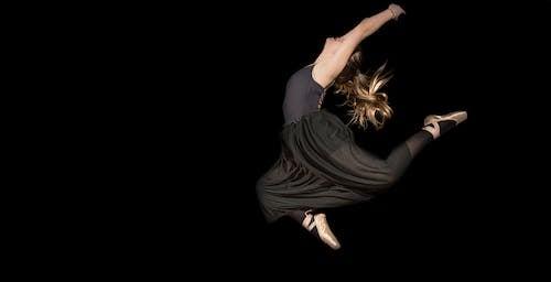 Fotobanka sbezplatnými fotkami na tému balet, baletka, čierne pozadie, dievča