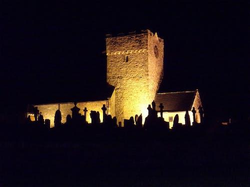 Foto stok gratis bangunan gereja, gereja, gereja di malam hari, gereja semua menyala
