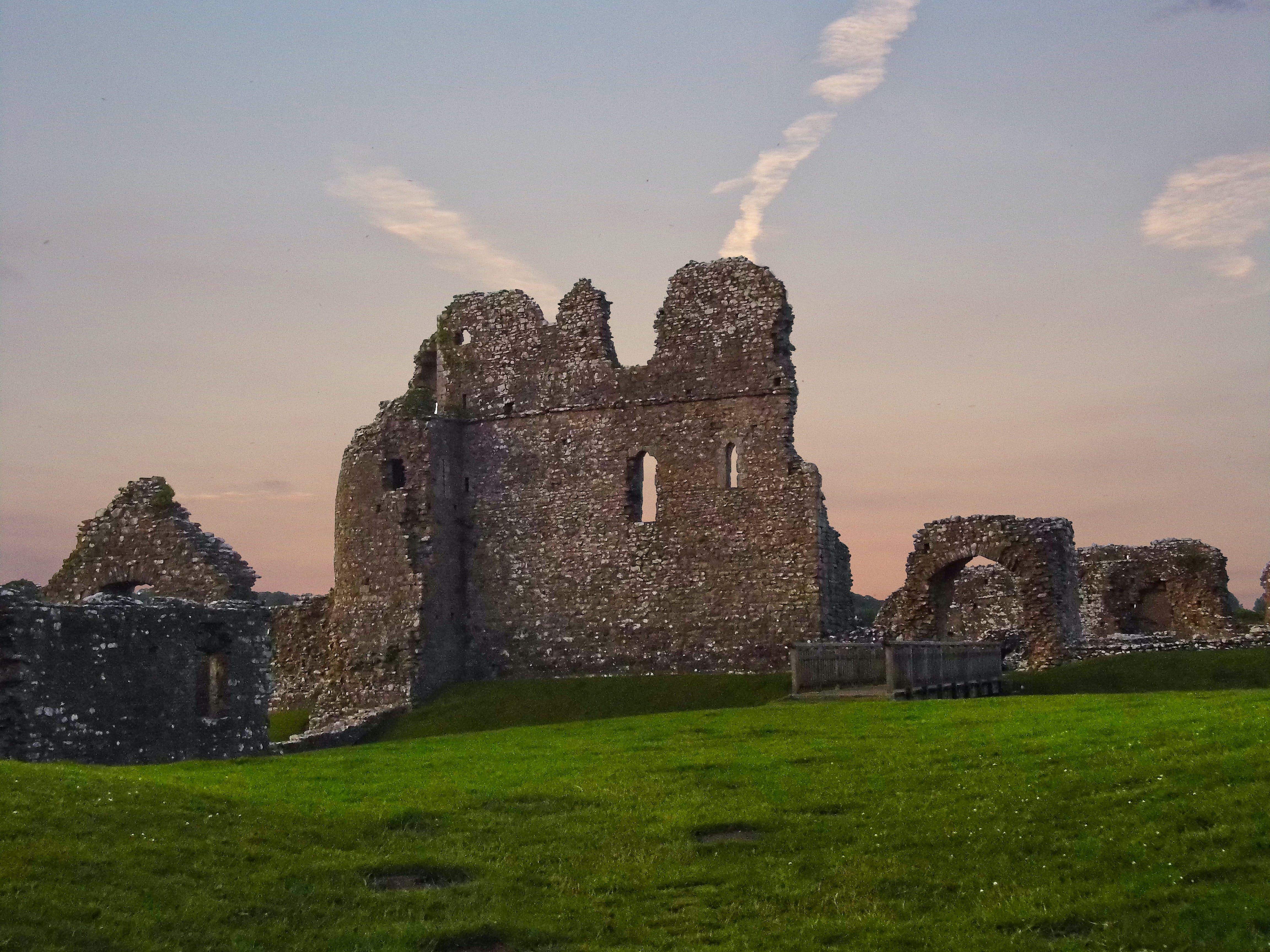 Foto d'estoc gratuïta de capvespre sobre castell, castell, castell del cel, castell galés