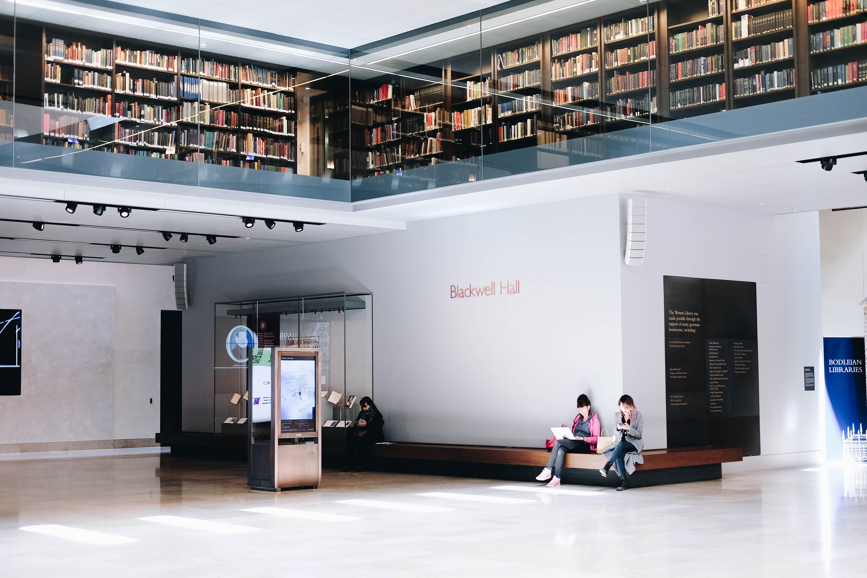 Foto d'estoc gratuïta de arquitectura, biblioteca, lectura, llibres