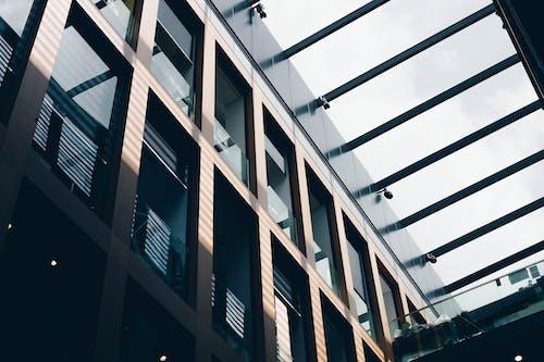 Ilmainen kuvapankkikuva tunnisteilla arkkitehtuuri, arkkitehtuurin suunnittelu, lasi-ikkunat, lasiesineet