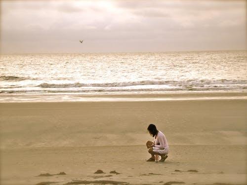 Безкоштовне стокове фото на тему «берег моря, вода, жінка, махати»