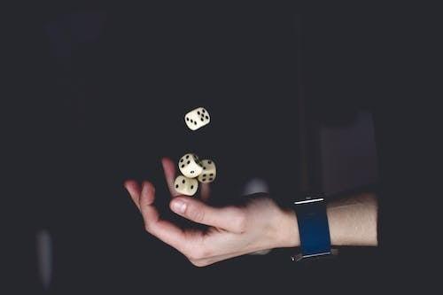 Darmowe zdjęcie z galerii z ciemny, czarne tło, gra, kości