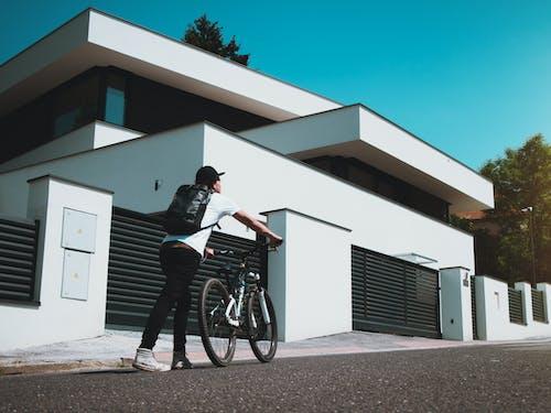 Бесплатное стоковое фото с архитектура, байкер, велосипед, горный велосипед