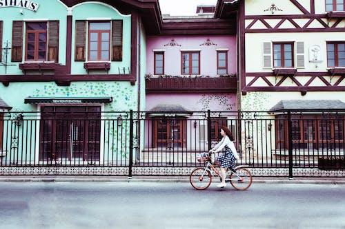 Kostnadsfri bild av arkitektur, byggnader, cykel, cyklist