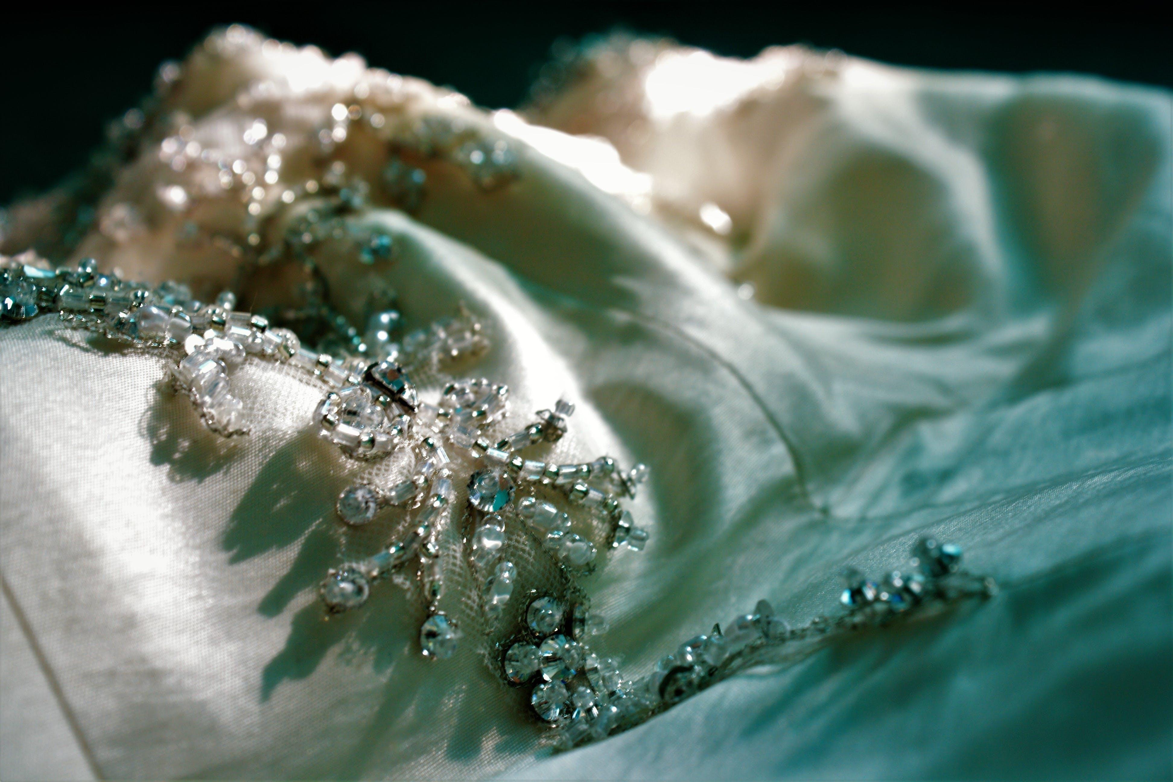 Kostenloses Stock Foto zu brautkleid, edelsteine, hochzeit, hochzeitskleid