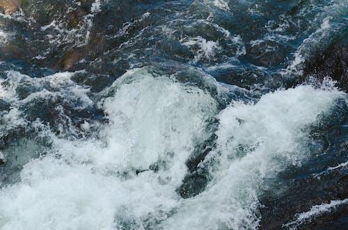 Foto d'estoc gratuïta de aigua blava, corrent, flux fluvial, muntanyes