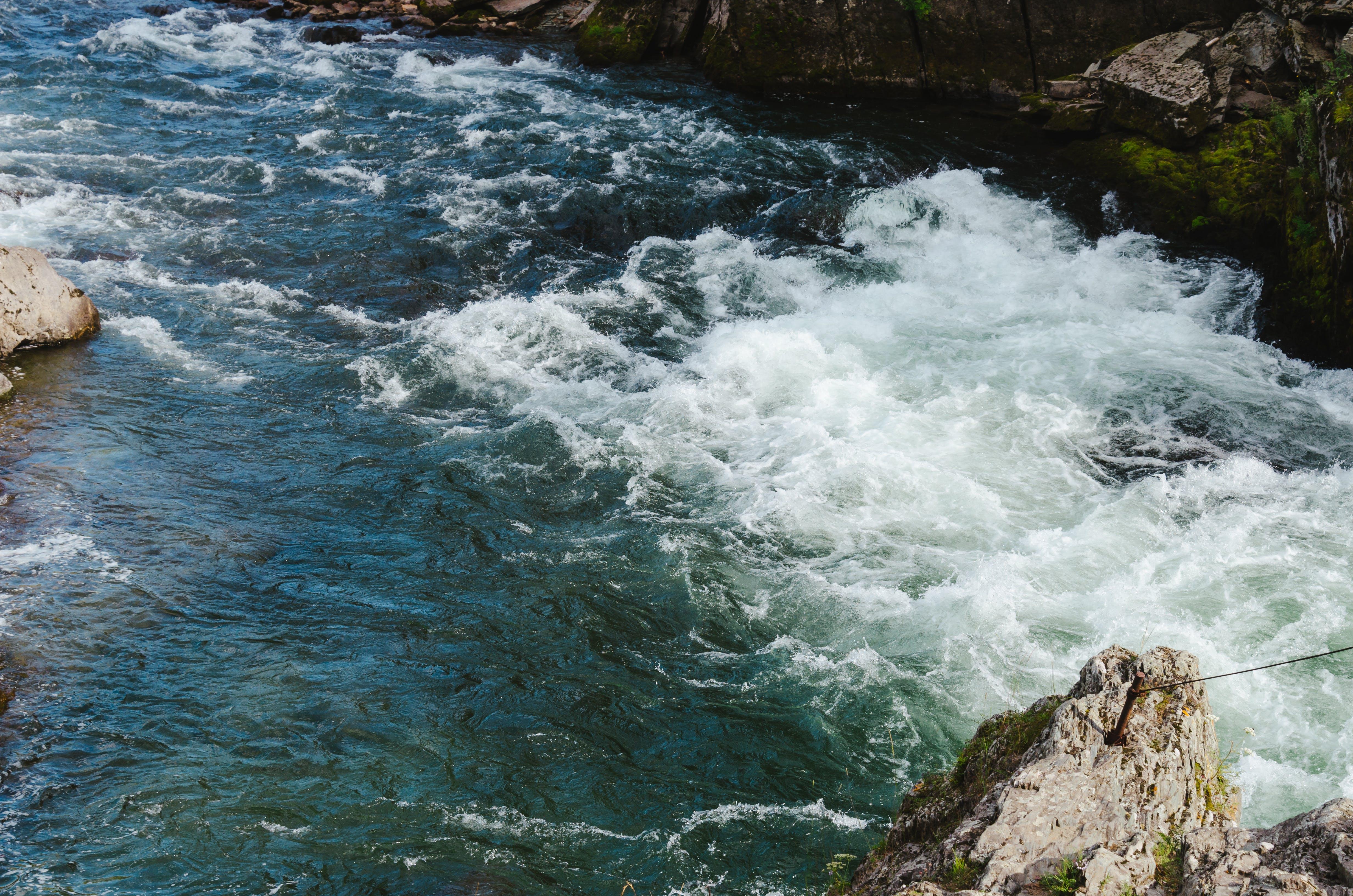 คลังภาพถ่ายฟรี ของ กระแสน้ำ, น้ำสีฟ้า, ภูเขา, หินผา