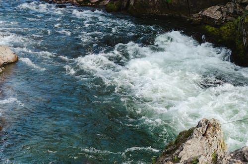 Foto d'estoc gratuïta de aigua blava, corrent, muntanyes, penyal