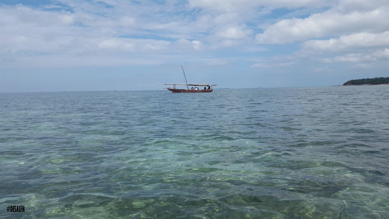 βάρκα, γαλάζια θάλασσα, γαλάζιος ουρανός