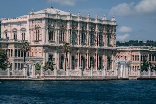 Foto Des Gotischen Gebäudes Nahe Dem Gewässer