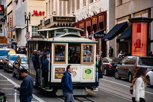 Darmowe zdjęcie z galerii z ludzie, miejski, pojazd, ruch drogowy